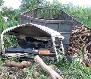 Xe tải chở gỗ lao xuống vực, 2 người mắc kẹt trong cabin