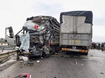 2 xe tải đâm nhau lúc rạng sáng, 4 người bị thương nặng