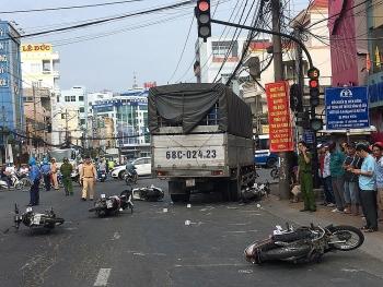 An Giang: Xe tải đâm hàng loạt xe máy đang dừng đèn đỏ