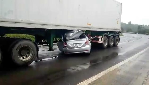 xe o to nam gon trong gam container sau tai nan