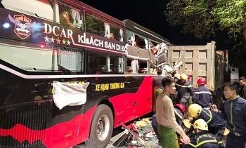 Ba người mắc kẹt trên xe khách sau va chạm với ô tô tải