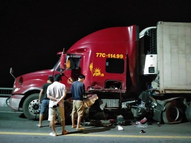 Mercedes GLC300 mất lái đấu đầu xe container, 3 người thương vong