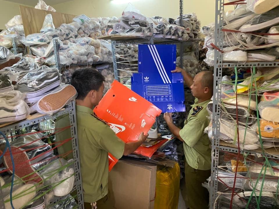 Tạm giữ gần 5.200 sản phẩm hàng nhái thương hiệu châu Âu