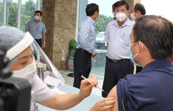 Chủ tịch UBND TP HCM kiểm tra công tác tiêm vắc-xin Covid-19 tại VPI