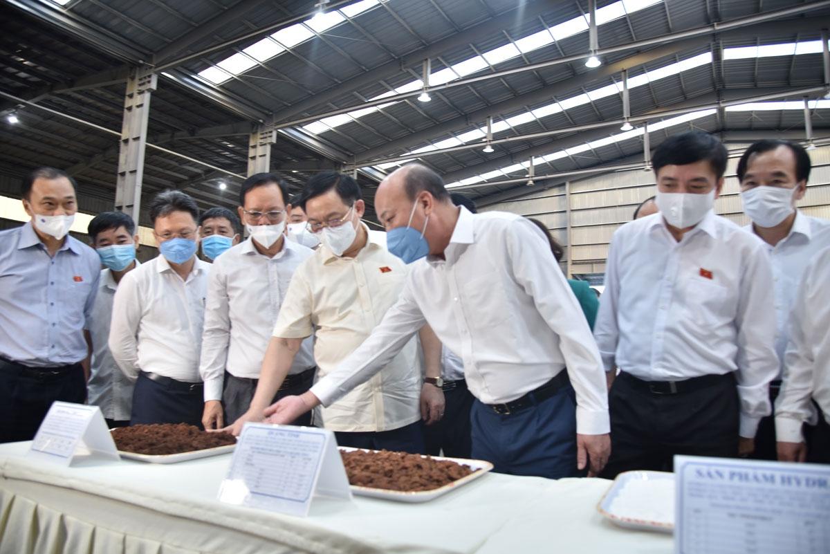 Chủ tịch Quốc hội Vương Đình Huệ thăm và tặng quà công nhân Công ty Nhôm Đắk Nông - TKV