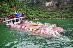 Tàu du lịch chở 48 người chìm trên vịnh Hạ Long