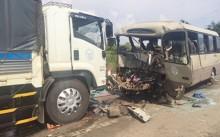 Ôtô khách 'đấu đầu' xe tải, 19 người thương vong