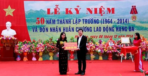 Tổng công ty HUD trao tặng số quà trị giá 300 triệu đồng cho Trường THPT Phù Yên nhân dịp trường THPT Phù Yên được vinh dự trao tặng Huân Chương Lao động hạng Ba