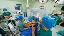 Bệnh nhân chơi đàn guitar trong khi mổ não