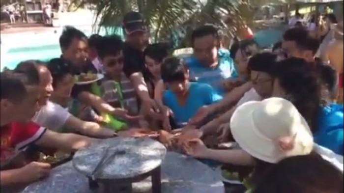 Du khách Trung Quốc liên tục 'cướp' đồ ăn