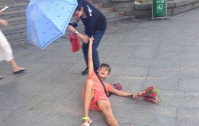 Cô gái nằm xoài ra đường chèo kéo mua hoa