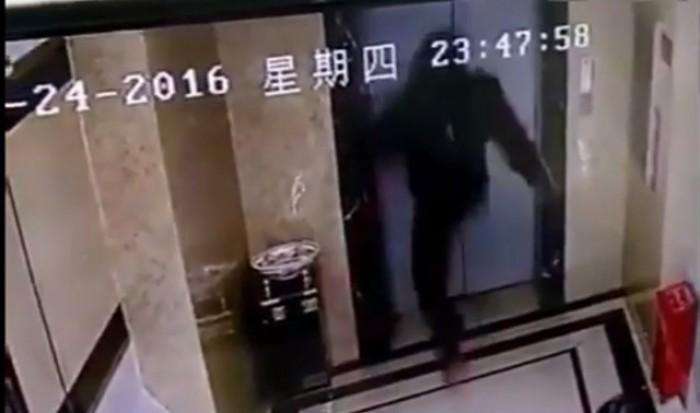 """Nổi """"điên"""" với thang máy và cái kết bất ngờ"""