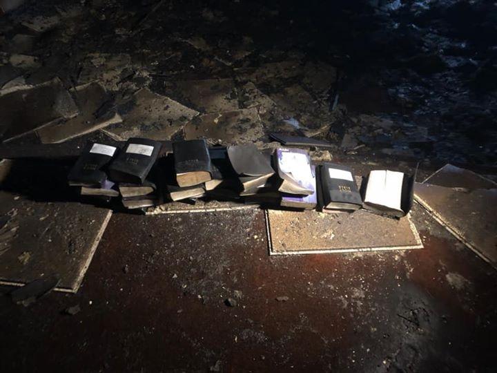 Nhà thờ cháy rụi nhưng sách kinh thánh vẫn còn nguyên