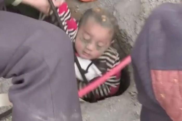 Nghẹt thở giải cứu bé trai 3 tuổi rơi xuống giếng sâu 90m