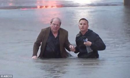 Phóng viên truyền hình cứu người ngay trên chương trình trực tiếp