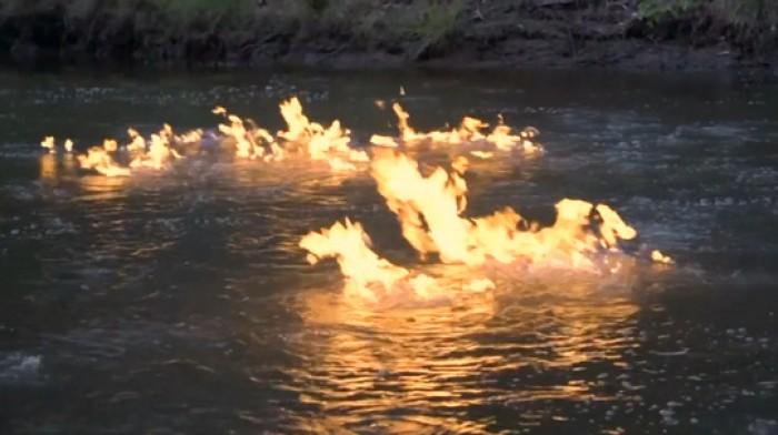 Kỳ lạ dòng sông bắt lửa bốc cháy dữ dội