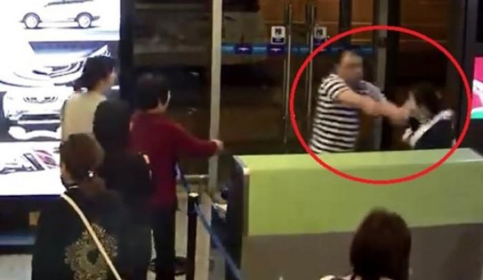 Ném hộp cơm vào mặt nhân viên sân bay vì bị hoãn chuyến