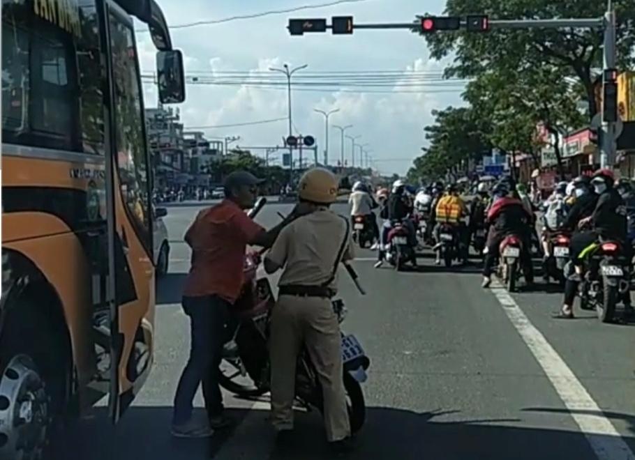 Bắt giữ tài xế xe khách dùng gậy bóng chày đánh CSGT