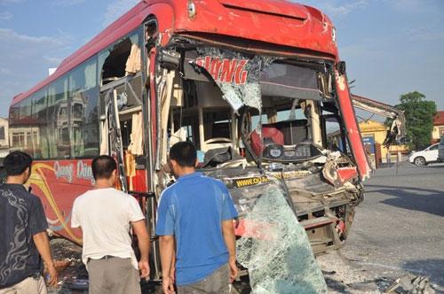 Hà Nam: Xe giường nằm bẹp dúm đầu vì tông xe tải