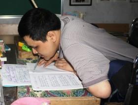 Lớp học đặc biệt của thầy giáo cầm bút bằng miệng