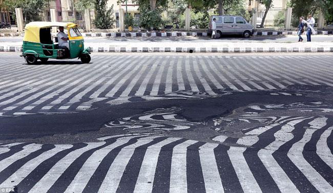 [Chùm ảnh] Mặt đường Ấn Độ biến dạng dưới nắng nóng gần 50 độ C