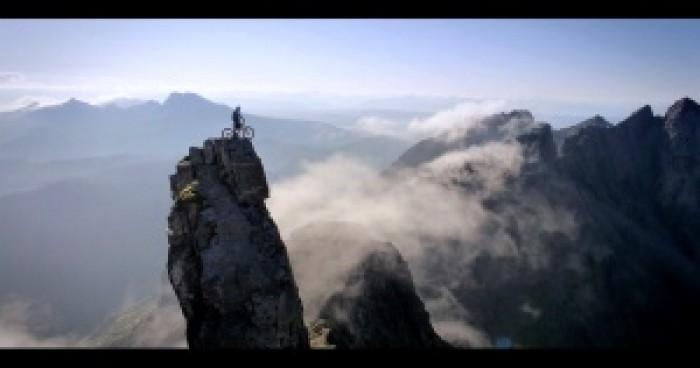 """Nể phục màn bay lượn khó tin của """"siêu nhân leo núi"""""""