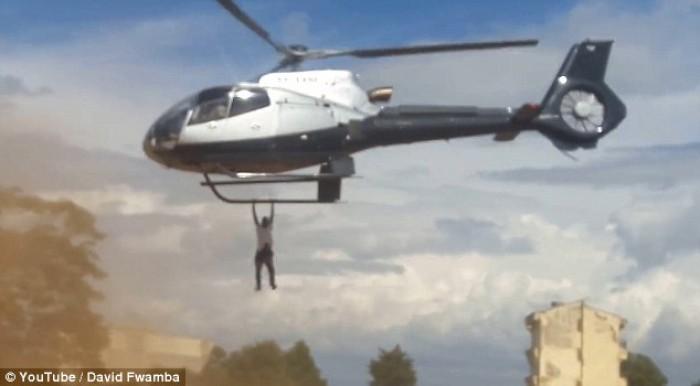 Chàng trai đu bám trực thăng để xem thi thể người nổi tiếng