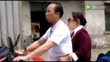 Người đàn ông mù lái xe máy chở vợ