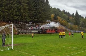 Thú vị cảnh tàu hỏa chạy xuyên qua sân bóng đá