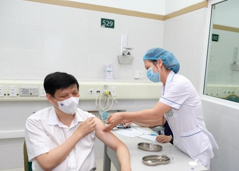 Bộ trưởng Bộ Y tế Nguyễn Thanh Long tiêm vắc xin phòng Covid-19