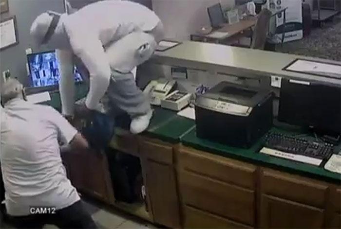 Nạn nhân giúp tên cướp 'khoắng' sạch tiền