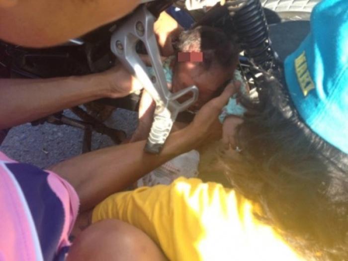 Kinh hoàng em bé bị kẹt vào bánh xe máy