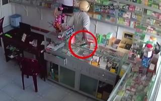 [Video] 'Đóng vai' người mua thuốc để chôm điện thoại