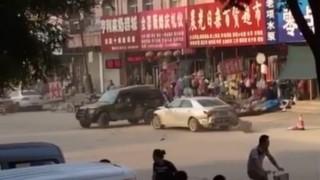 [Video] Ôtô húc nhau như 'chọi trâu' trên phố