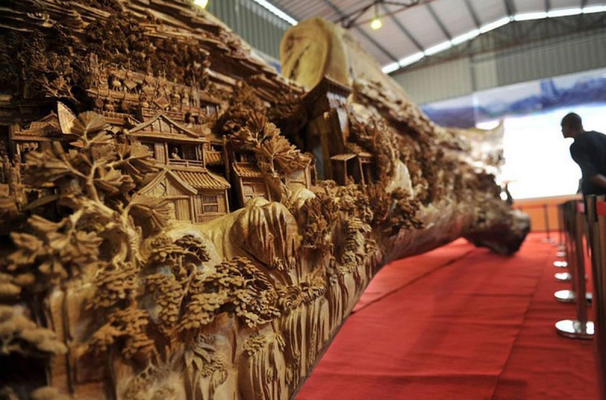 Chiêm ngưỡng tác phẩm điêu khắc bằng gỗ dài nhất thế giới