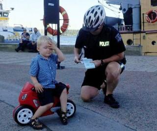 Bé trai 3 tuổi bị phạt vì… đỗ xe sai quy định