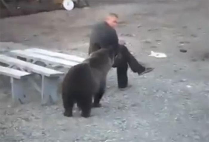 Người đàn ông ngồi im lặng cũng khiến gấu hoảng sợ