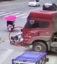 Người phụ nữ thoát chết kỳ diệu dưới bánh xe tải