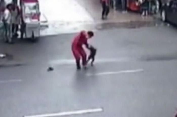 Chó dữ điên cuồng tấn công hơn 20 người trên phố