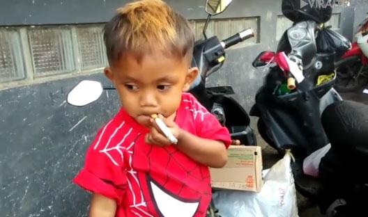 choang voi canh be trai 2 tuoi phi pheo thuoc la nhu nguoi lon