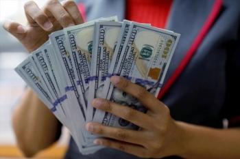 """Vì sao tiền Việt Nam vẫn tăng giá bất chấp USD """"vọt"""" mạnh?"""