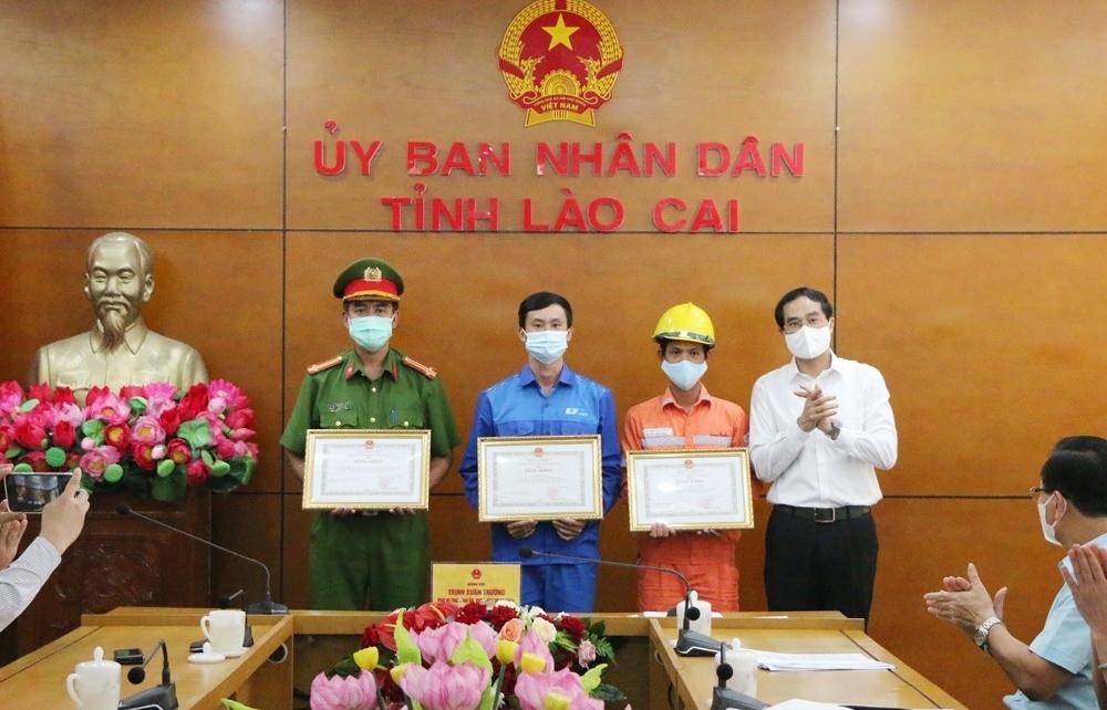 Dũng cảm cứu người trong hỏa hoạn, nhóm công tác Điện lực Sa Pa được tặng nhiều bằng khen