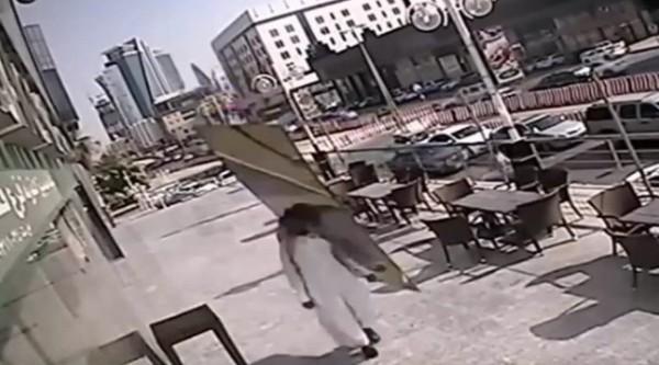 video nguoi dan ong may man nhat hanh tinh