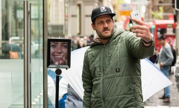 robot xep hang mua iphone 6s cho chu nhan