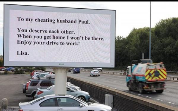 Vợ thuê quảng cáo cỡ lớn để bôi nhọ gã chồng ngoại tình