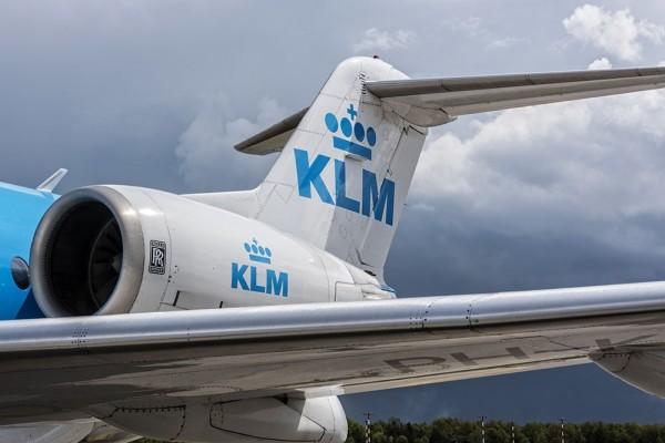 Mở cửa máy bay đang bay vì tưởng nhà vệ sinh