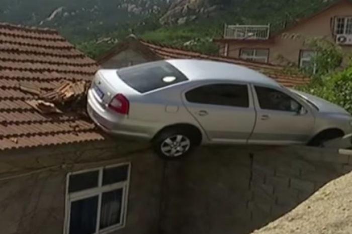 """Ôtô mất lái """"bay"""" lên nóc nhà"""