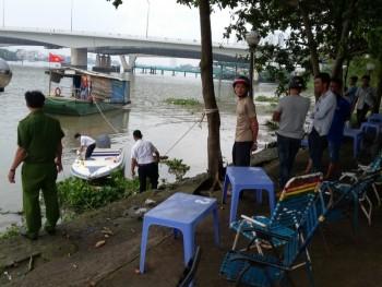 Thi thể nam thanh niên đeo balo đầy đá trôi trên sông Sài Gòn