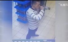 'Ma men' ngửa cổ tu trộm rượu trong siêu thị