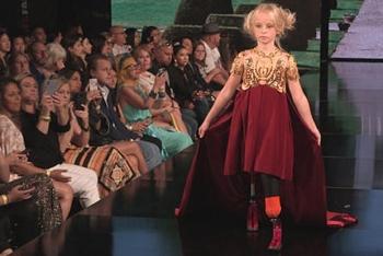 """Bé gái """"không chân"""" tự tin trên sàn catwalk danh tiếng"""